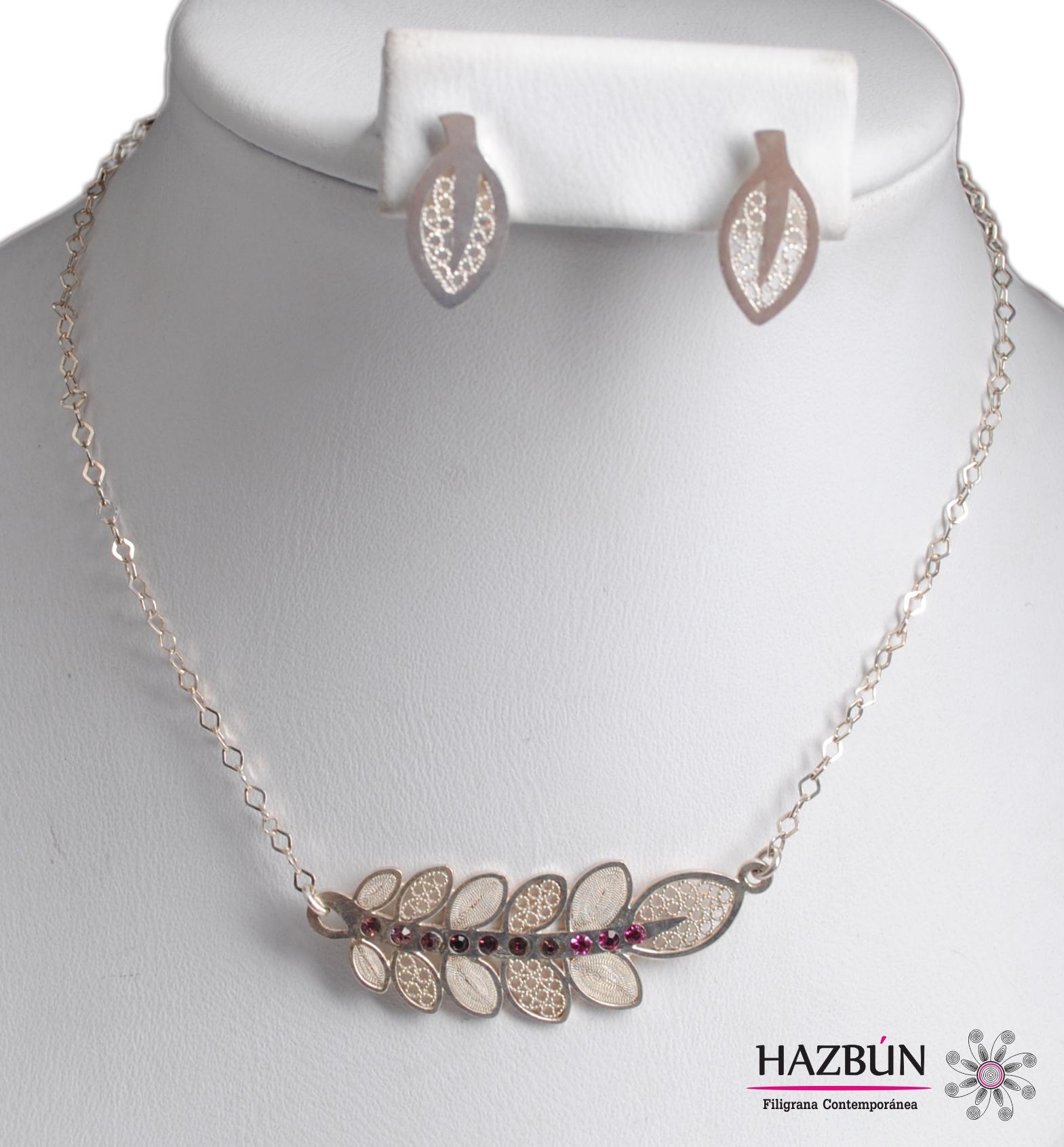 861805309f42 Juego collar y aretes trabajados en filigrana momposina y joyeria fina con  incrustaciones de cristales swarovski en tonos amatistas.
